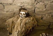Мумия в одной из могил на кладбище Chauchilla Cemetery.