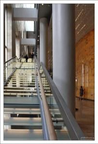 Светящиеся лестницы и стены в новом Мариинском театре.