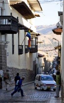 Типичная улочка в городе: под уклон, тротуар шириной для одного человека.