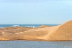 Прибрежные дюны и прибой.