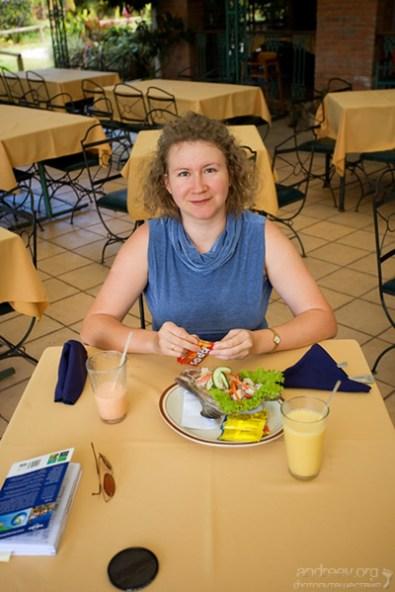 """Катя в ресторане """"La Casona del Cafetal"""" в ожидании форельки."""