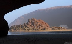 Скала между двух арок на пляже Legzira beach.