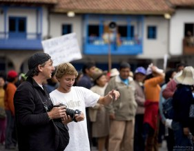 Туристы активно фотографируют демонстрантов.