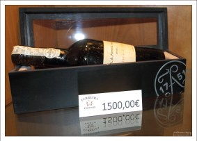 """Винтажная бутылка портвейна от компании """"Ferreira"""". Вила-Нова-де-Гайа."""
