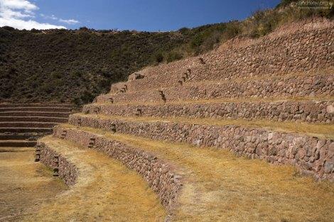 На торцах каждого из уровней террас расположены ступени.