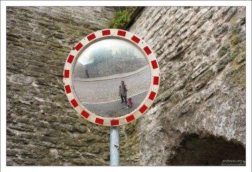 Дорожное зеркало со световозвращающей окантовкой.