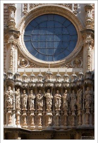 Скульптуры Христа и апостолов над входом в базилику.