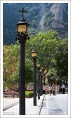 Аллея, украшенная фонарями, ведет к бенедиктинскому монастырю.