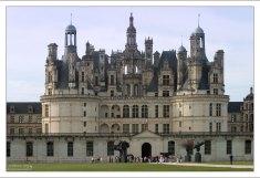 Гигантский замок Шамбор - в нём насчитывается более 400 комнат, 74 лестницы и 365 каминов.