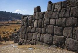 Камни так плотно пригнаны друг к другу, что не видно даже маленькой щели. Церемониальный комплекс Саксайуаман.