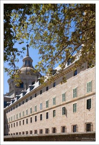 Строгий фасад монастыря Эль-Эскориал (16-й век).
