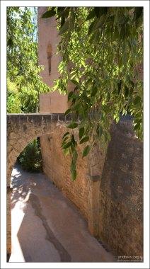 На входе в Альгамбру.