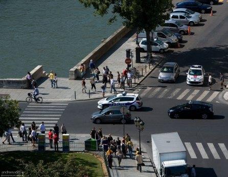 Полицейские машины разъезжаются из гнезда на набережной Орфевр (quai des Orfevres).