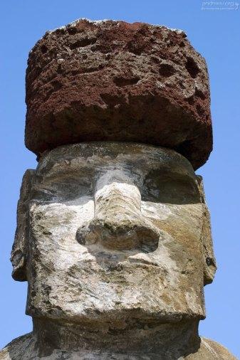 """По мнению археологов, эта """"шапка"""" (pukao) из красноватого вулканического шлака - ни что иное, как волосы истуканов."""