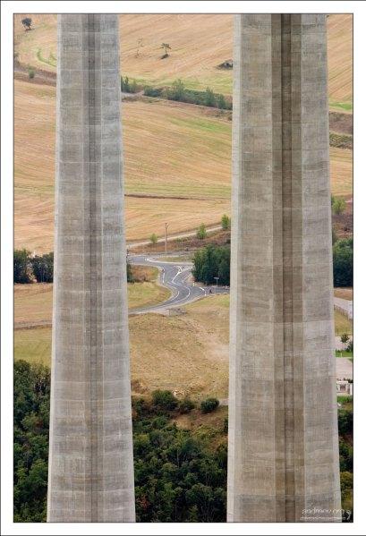 Дорога под мостом также находится в прекрасном состоянии.