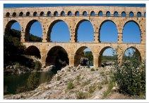 Акведук Pont du Gard трёхъярусный: в нижнем ярусе шесть арок, в среднем - одиннадцать, в верхнем - тридцать пять.
