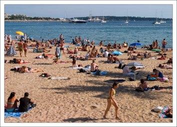 Отдыхающие на пляже в Каннах.