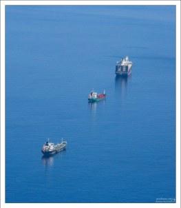 Ежедневно к причалам полуострова швартуется около трехсот судов со всех концов света.
