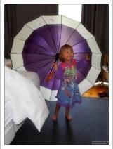 Саша в фиолетовом платье с фиолетовым зонтиком в гостинице.