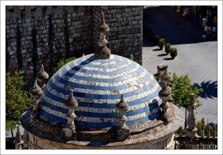 Бело-голубой купол башенки на крыше Севильского собора.