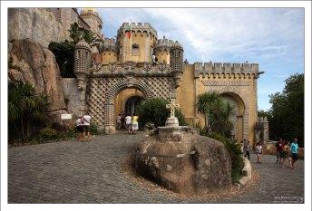 Над воротами расположен герб Фердинандо II - куратора строительства Дворца Пена.