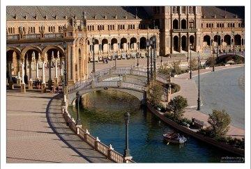 Полукилометровый канал вокруг Площади Испании.