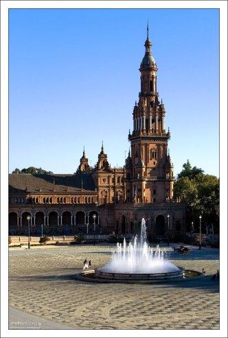 Северная башня и фонтан архитектора Висента Травере на Площади Испании.
