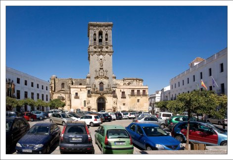 Church of Santa Maria рядом с обзорной площадкой. Аркос-де-ла-Фронтера, Андалузия, Испания.