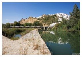 Новый мост и обочина дороги El Bosque. Аркос-де-ла-Фронтера, Андалузия, Испания.