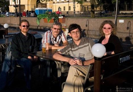 """Два Дениса, Катя и Илья на палубе плавучего ресторана на Адмиралтейской набережной. В узких кругах фотография носит название """"Общество слепых"""" :)"""