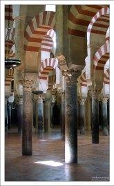 Колонны в Меските выполнены из разных материалов, хотя на первый взгляд не отличаются.
