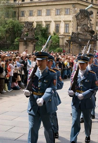 В современной униформе от Теодора Пиштека воины караула впервые появились 15 марта 1990 года, во время государственного визита немецкого президента Рихарда фон Вайцзекера.