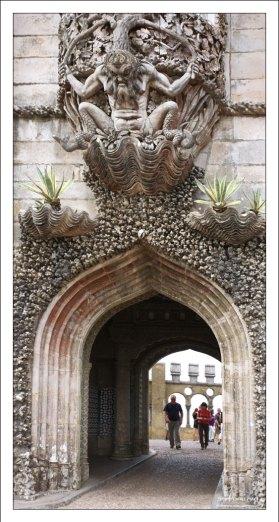 Арка с Тритоном выполнена в стиле мануэлино. Дворец Пена.