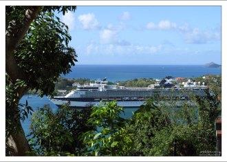 Судно Селебрити Саммит в порту Кастри.