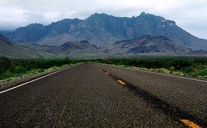 Прямая, как стрела, дорога к горам Chisos Mountains.