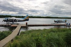 "Перед посадкой на самолетик, отправляющийся в парк ""Катмаи"". Поселок King Salmon."