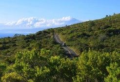 Узкое полотно дороги с подветренной стороны вулкана Халеакала.