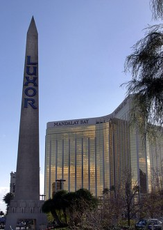 "Обелиск казино ""Luxor"" и золотой ""Mandalay Bay""."