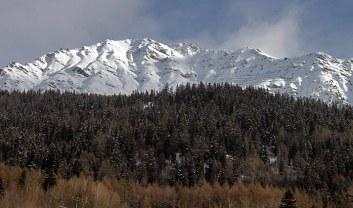 Снежные склоны, окружающие долину.