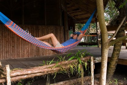 Илья отдыхает в гамаке в деревне Crooked Tree.