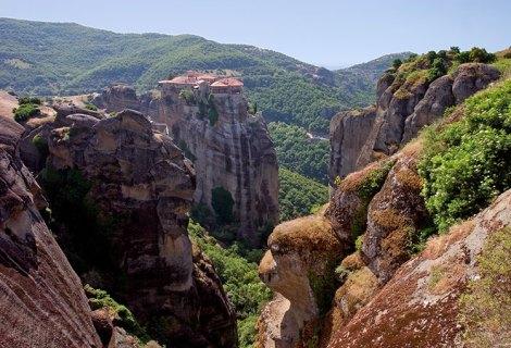Отвесные скалы и вид на монастырь Moni Varlaam. Метеоры.