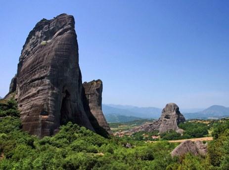 Скалы-клыки в Фессалийской долине.