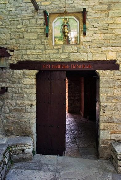 Ворота в монастырь Святой Прасковьи (Moni Agias Paraskevis). Vikos-Aoos National Park.
