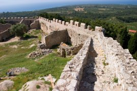Крепостная средневековая стена замка Chlemoutsi.