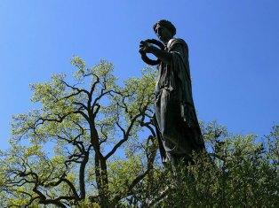Скульптура, разместившаяся в кроне дерева :) Пушкин.