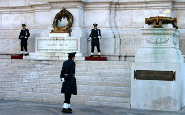 Часовые у вечного огня. Дворец короля Виктора Эммануэля II.
