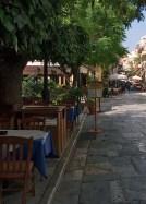 """Столики таверны """"Byzantino"""" прямо на тротуаре в Плаке."""