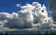 Высокие облака над горной грядой Alaska range.