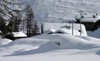 Домик, укутанный снегом.