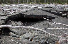 Опасные разломы в лаве.